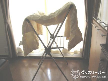 布団を窓辺で乾燥・X型物干し