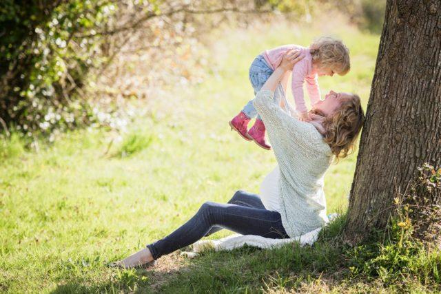 お母さんと子供が公園で遊ぶ